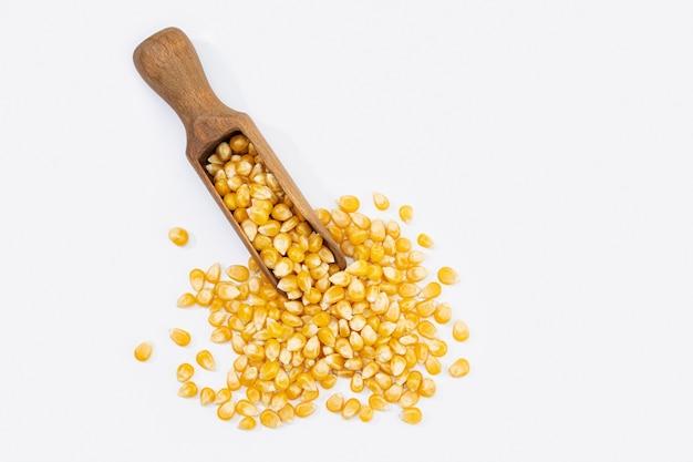 Nasiona kukurydzy na popcorn na białym tle.
