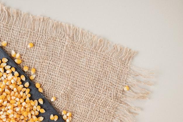 Nasiona kukurydzy na talerzu ceramicznym na rustykalnym.