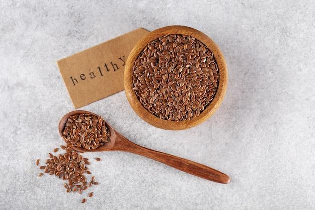 Nasiona lnu w drewnianej misce z łyżką
