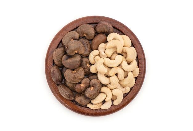 Nasiona orzechów nerkowca są ułożone w izolowane yin i yang. widok z góry, płasko ułożone.