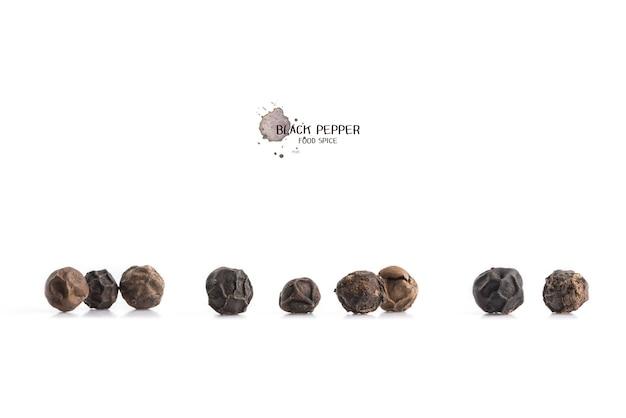 Nasiona pieprzu czarnego na białej powierzchni