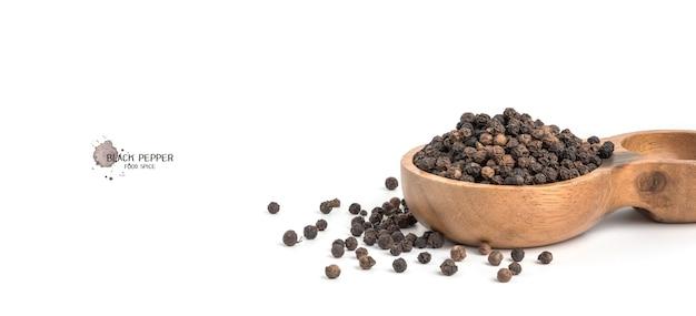 Nasiona pieprzu czarnego na białym tle. składniki żywności, przyprawy