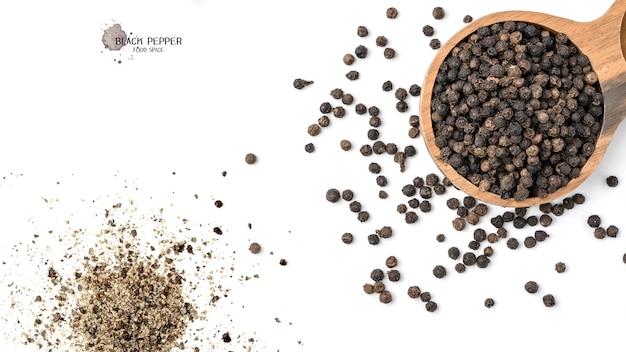 Nasiona pieprzu czarnego w drewnianej misce na białej powierzchni