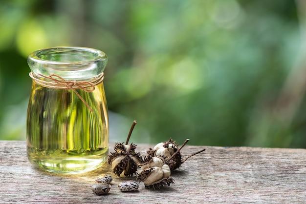 Nasiona rącznika i olej na powierzchni przyrody.