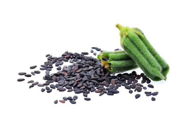 Nasiona sezamu czarny na białym tle.