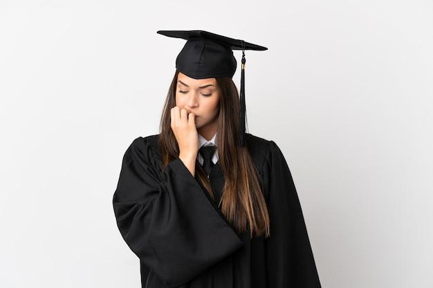 Nastolatek absolwent brazylijskiego uniwersytetu na białym tle ma wątpliwości