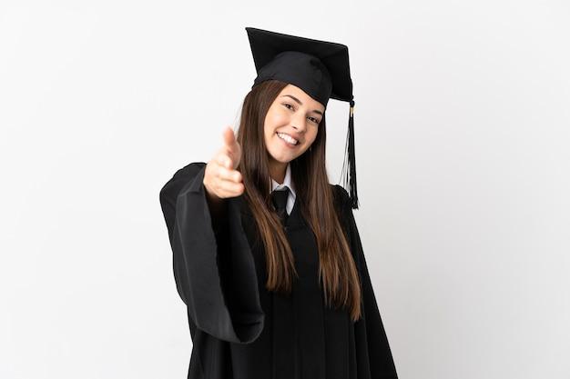 Nastolatek brazylijski absolwent uniwersytetu na białym tle, ściskając ręce, aby zamknąć dobrą ofertę