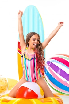 Nastolatek caucasian dziewczyna w szkłach z gumowymi materac odizolowywającymi na białym tle