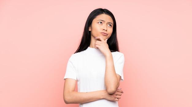Nastolatek chińska kobieta odizolowywająca na menchiach