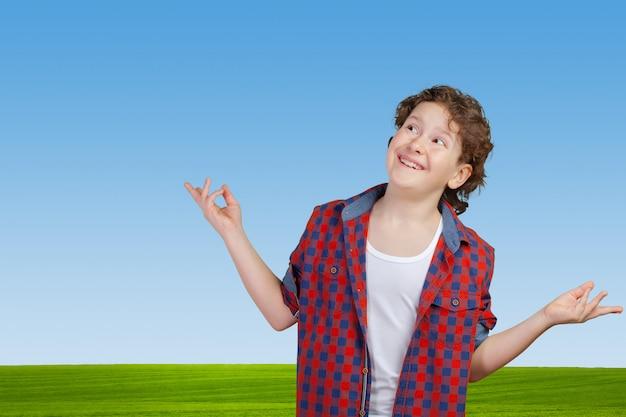 Nastolatek chłopiec wzrusza ramionami ze stratą