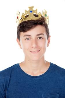 Nastolatek chłopiec z królewiątko koroną