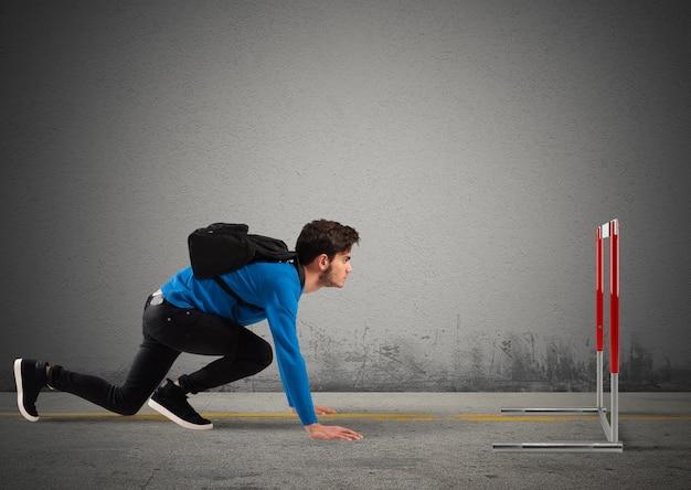 Nastolatek chłopiec z plecakiem gotowy do wyścigu