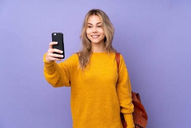 Nastolatek dziewczyna student na fioletowym tle
