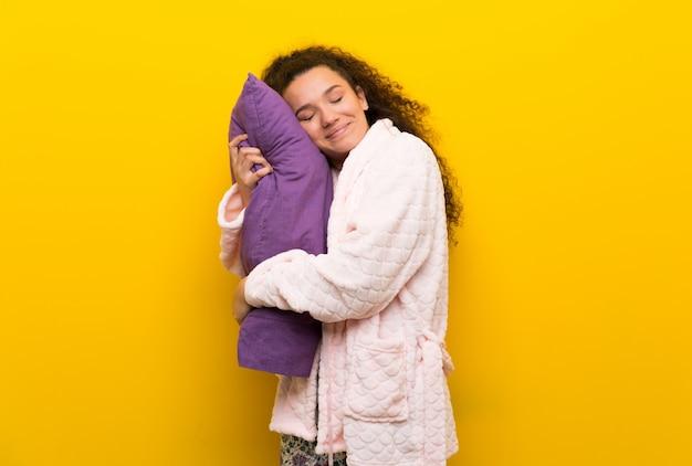 Nastolatek dziewczyna w piżamie robi sen gestowi w dorable wyrażeniu