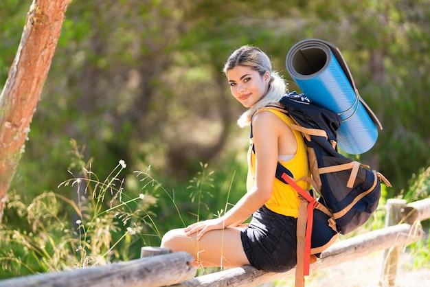 Nastolatek dziewczyna wycieczkuje przy outdoors