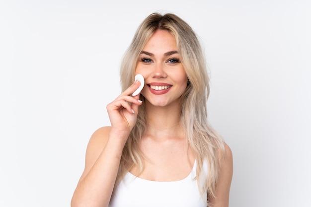 Nastolatek dziewczyna z kosmetykami na ścianie