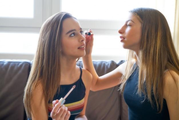 Nastolatek dziewczyny najlepsi przyjaciele makijaż siebie