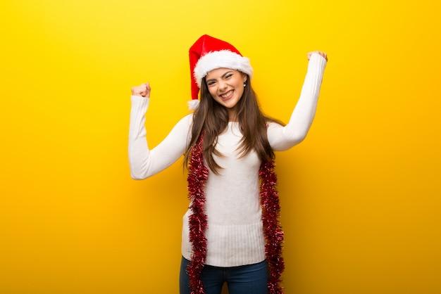 Nastolatek dziewczyny odświętności bożych narodzeń wakacje świętuje zwycięstwo