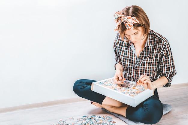 Nastolatek gra w puzzle.