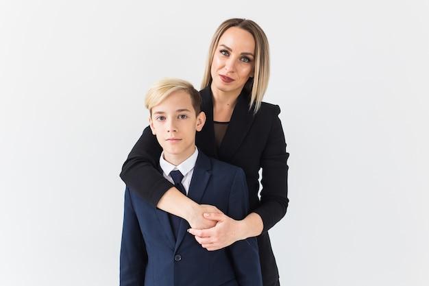 Nastolatek i matka w garniturach