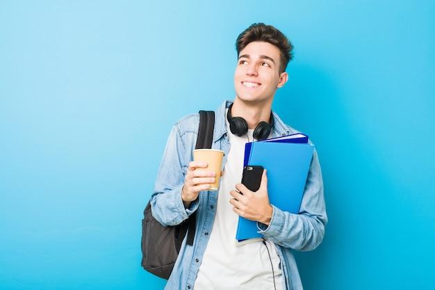 Nastolatek kaukaski mężczyzna gotowy do szkoły