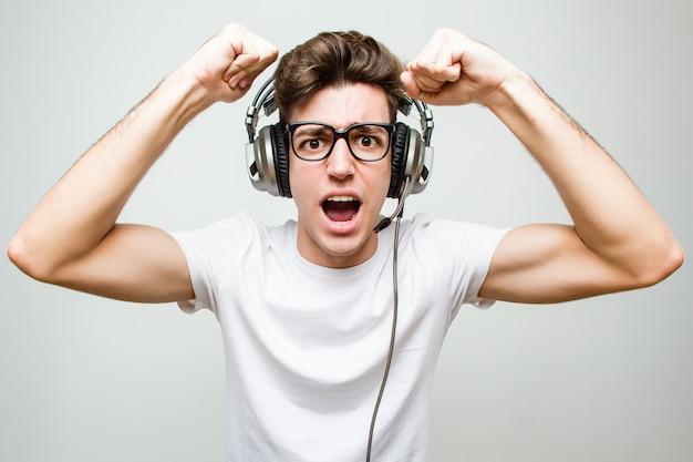 Nastolatek kaukaski mężczyzna grając w gry komputerowe