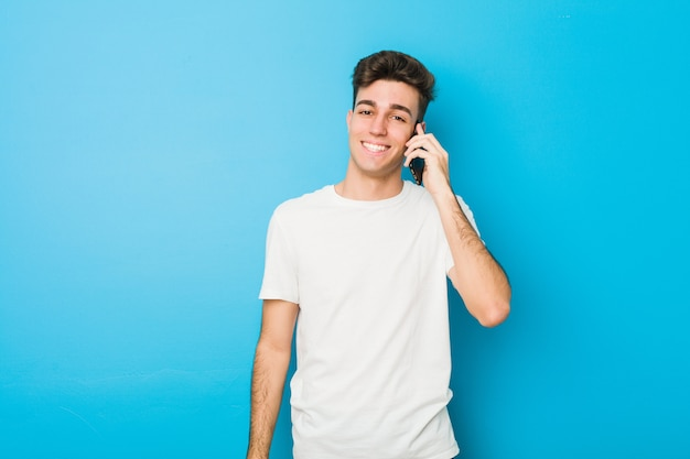 Nastolatek kaukaski mężczyzna rozmawia przez telefon