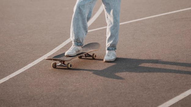 Nastolatek na zewnątrz za pomocą deskorolki