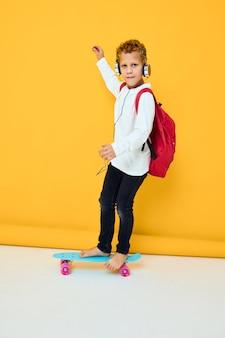 Nastolatek niebieski deskorolka słuchawki rozrywka aktywny miejski styl życia młodzieży