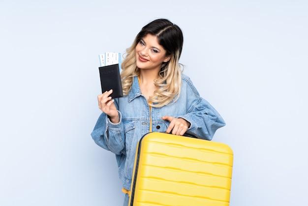 Nastolatek podróżnik trzyma walizkę