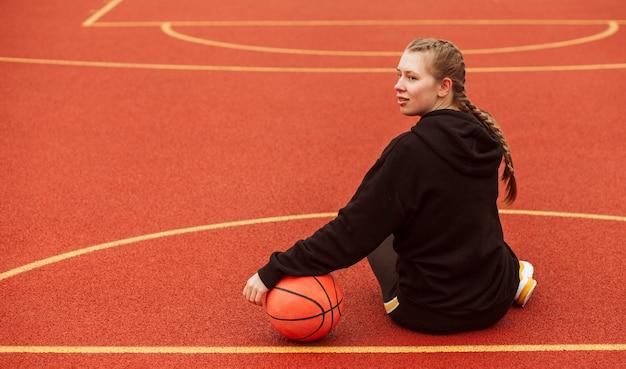 Nastolatek pozowanie na boisku do koszykówki