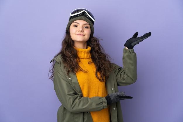 Nastolatek rosjanka z okulary snowboardowe na białym tle