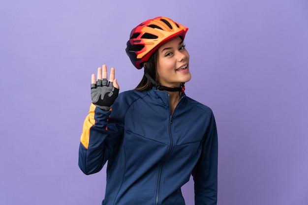 Nastolatek rowerzysta dziewczyna pozdrawia ręką z happy wypowiedzi