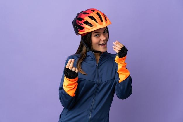 Nastolatek rowerzysta dziewczyna robi pieniądze gestowi