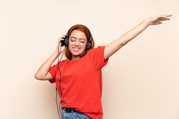 Nastolatek ruda dziewczyna słuchania muzyki