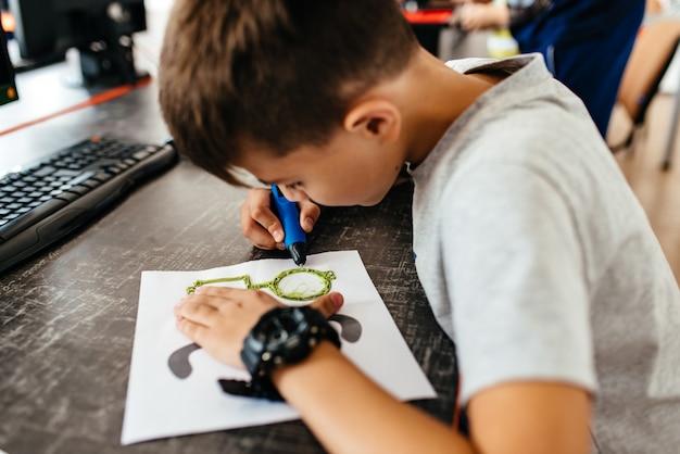 Nastolatek rysuje okulary 3d pióra