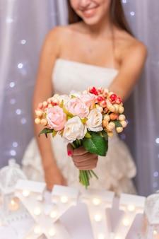 Nastolatek trzyma bukiet kwiatów przed nią