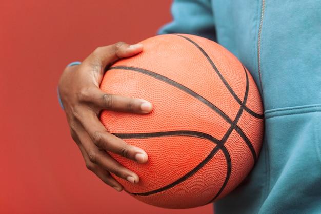 Nastolatek z piłką do koszykówki