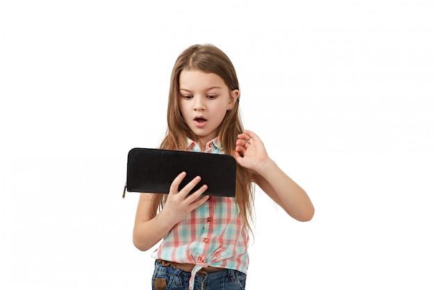 Nastolatek z pustym portfelem. młoda kobieta pokazuje jej pustego portfel. bankructwo
