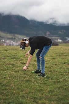 Nastolatek zagubiony w cyfrowym świecie - uzależniony od gier - wirtualna rzeczywistość