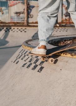 Nastolatka bawi się na deskorolce w skateparku