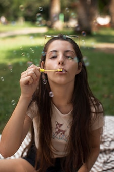 Nastolatka bawiąca się bańkami mydlanymi