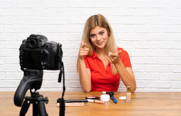 Nastolatka blogerka nagrywa samouczek wideo wskazujący na ciebie palcem