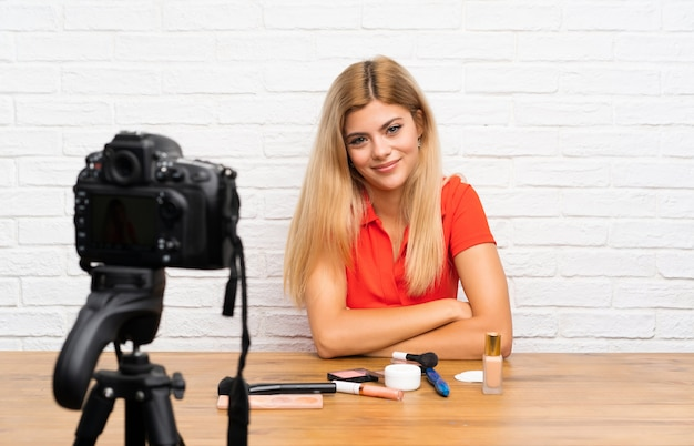 Nastolatka blogerka nagrywająca film instruktażowy z pomysłem