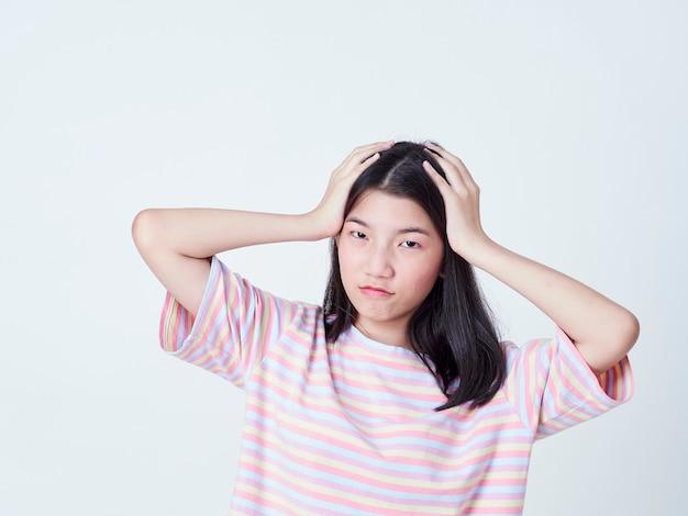 Nastolatka cierpi na ból głowy.