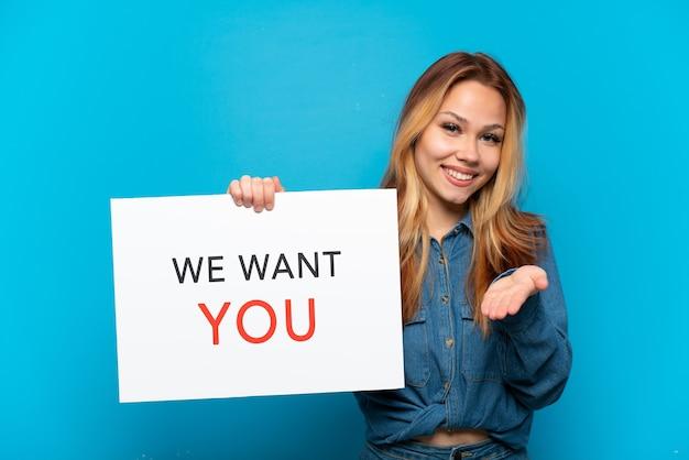 Nastolatka dziewczyna na odosobnionym niebieskim tle gospodarstwa we want you board dokonywania transakcji