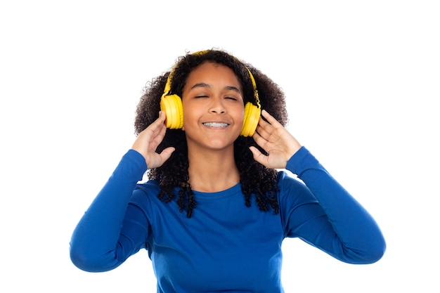 Nastolatka dziewczyna ubrana w niebieski sweter na białym tle na białej ścianie