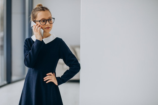 Nastolatka dziewczyna w mundurku szkolnym
