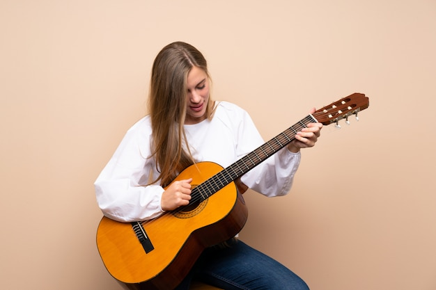Nastolatka dziewczyny z gitarą
