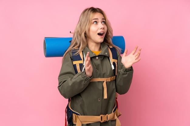 Nastolatka góral dziewczyna z dużym plecakiem